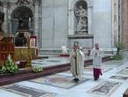 Papa pojačao kontrolu nad financijama