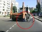 Biciklisticu (17) pregazio kamion, a ona nakon nesreće ustala i odšetala