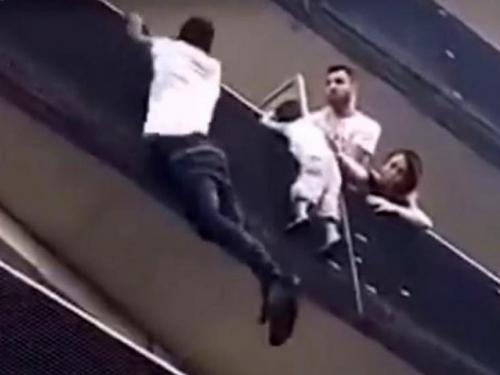 Migrant se popeo na zgradu da bi spasio dječaka koji je visio s balkona
