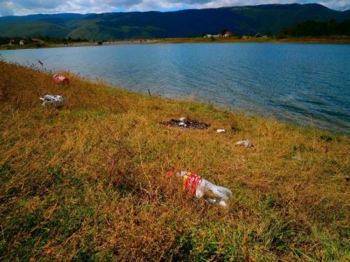 Nesavjesni ribolovci ostavljaju hrpe smeća na obalama Ramskog jezera!