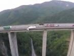 Kamion visio s mosta visokog 128 metara