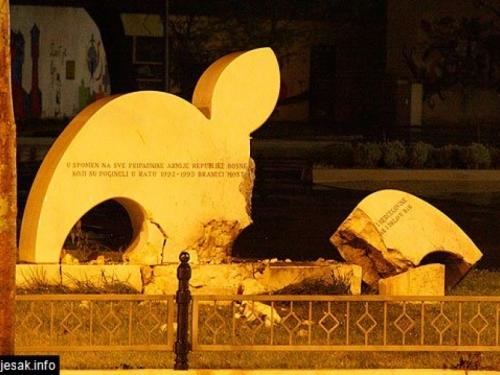 Eksplozija odjeknula Mostarom, uništen spomenik pred Vijećnicom