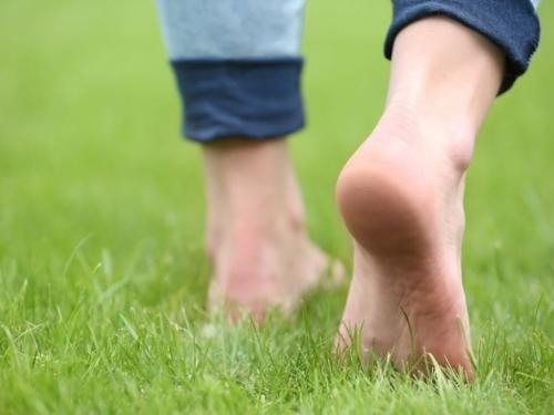 Hodajte bosim nogama po zemlji, travi ili pijesku