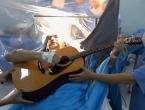 Pacijent svirao gitaru za vrijeme operacije mozga