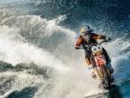 VIDEO: Motorom surfa na vodi