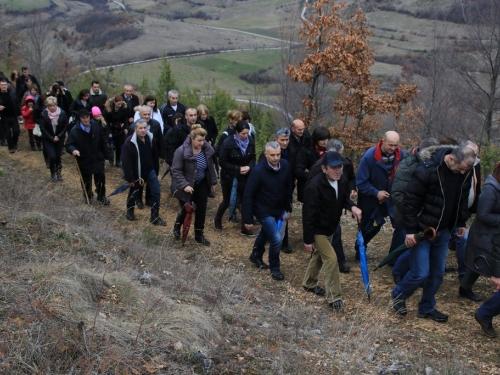FOTO: Fra Andrija Jozić predvodio križni put na Uzdolu