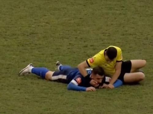 Tuzla: Nogometaš se srušio na terenu, sudac Bandić mu izvadio jezik i spasio ga!