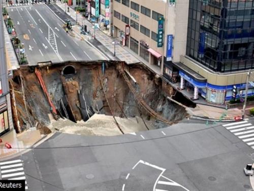 Ogromna rupa progutala ulicu
