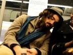 Reakcije putnika u javnom prijevozu kad im stranac zaspe na ramenu