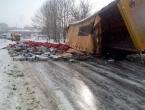 Prevrnuo se kamion pun piva i blokirao promet