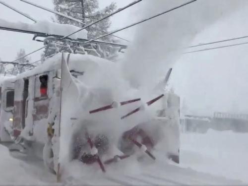 Vlasti kontroliranim eksplozijama pokušavaju osloboditi tisuće ljudi iz odsječenog skijališta