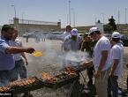 Dok palestinski zatvorenici štrajkaju glađu, Izraelaci roštiljaju pred zatvorom