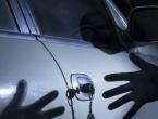 Policajac repetiranjem pištolja spriječio trojicu lopova u krađi auta