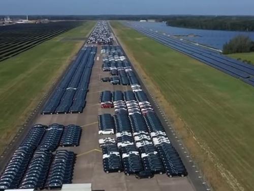 Pogledajte groblje 9.000 novih, ali neispravnih Mercedesa
