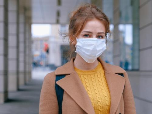 Mislite da će vas dvije maske bolje zaštititi od korone? Evo što kažu stručnjaci