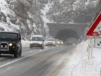 Poledica na kolnicima, ugaženi snijeg na dionicama preko planinskih prijevoja