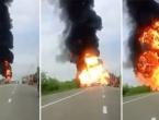 VIDEO: Na cesti se zapalio kamion, eksplozija odbacila čovjeka 10 metara!
