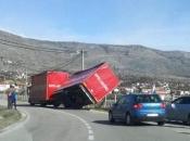 Bura razbacala kamione po Mostaru