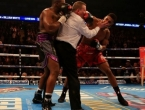 Sudac pokušao razdvojiti dvojicu boksača, pa i on zadobio udarac