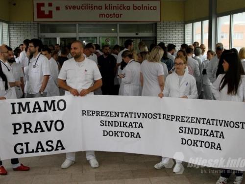 Liječnici ispred SKB Mostar: 'Tražimo samo da pregovaramo u svoje ime'