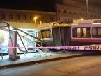 Trolejbus proletio u parking: Oštećena trafika i nekoliko automobila