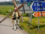 Hoda po svijetu s velikim križem