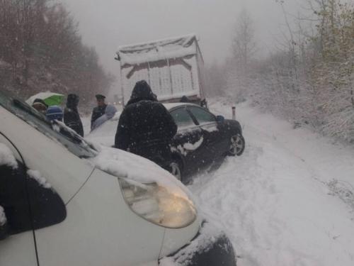 Snijeg paralizirao promet preko planina u BiH: Obustavljen promet na Kupresu