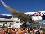 VIDEO: Zrakoplov gotovo dotaknuo ljude na plaži