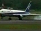 Zrakoplov s 200 putnika snažno sletio i oštetio trup