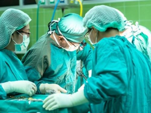 Na zagrebačkom Rebru liječnici odvojili sijamske blizanke. Operacija je trajala 15 sati