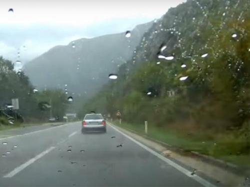 Zbog jakih pljuskova otežno prometovanje na većini cestovnih pravaca u BiH