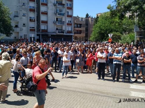 Radnici Aluminija prosvjeduju: Pale svijeće i najavljuju odlazak u Njemačku