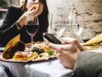 Zabranili im korištenje mobitela prilikom jela u restoranu