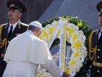 Papa Franjo položio vijenac i pomolio se za žrtve genocida