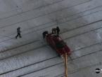VIDEO: Autom zapeo na pruzi dok je nailazio vlak, pomogli mu ljudi