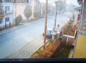 """Nevjerojatan snimak iz Doboja: Mladić """"za dlaku"""" izbjegao smrt"""