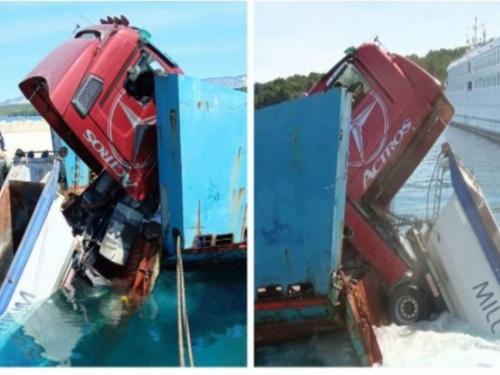 Na Hvaru kamion pun asfalta pao u more s malog trajekta