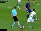 Na utakmici Barcelona - Betis sudac faulirao igrača!