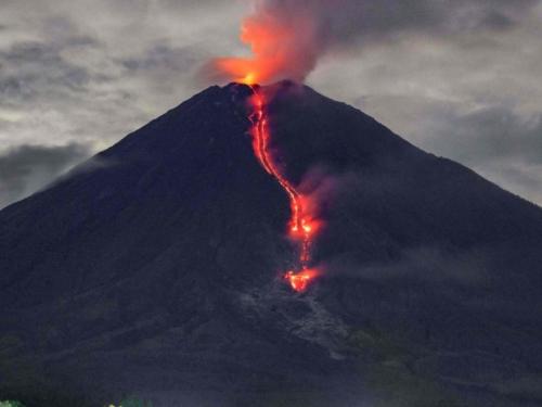 Kilometarski tok golemog vulkana, izbacuje lavu i užareni oblak pepela čak 4,5 kilometra od vrha!