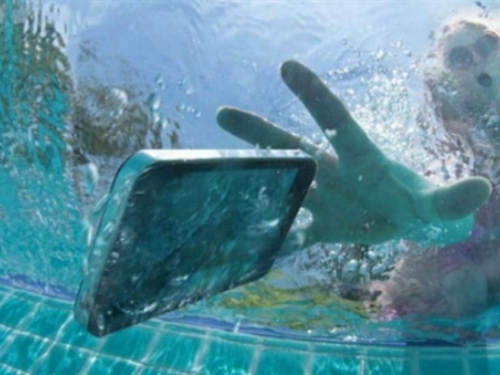 Mobitel vam je pao u vodu? Evo kako ga spasiti!