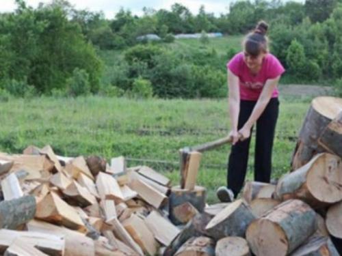 Studentica iz BiH cijepa drva, kosi i čisti kuće kako bi platila školovanje