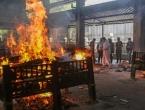 Indija prije 2 mjeseca proglasila pobjedu nad koronom a sad mrtve pale na lomačama