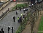 Tri francuska učenika ranjena u Londonu, Eiffelov tornj u mraku