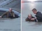 Reporter spasio vozača auta koji je tonuo
