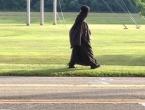 Žena u crnom: Nitko ne zna tko je a ona tvrdi da radi u Pentagonu