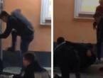 """Kruži video u kojem grupa mladića mlati """"policajce""""; Policija: To su maškare"""