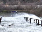 Mostar: Neretva divlja, poplavio plato ispod Starog mosta, promet obustavljen u Baćevićima