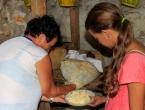 Mladi ako želite sigurno zaraditi kupite ovce i pravite hercegovački sir iz mijeha