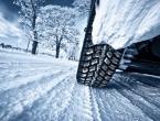 Vjetar stvara nanose snijega, poledica na prometnicama