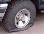 Maloljetnik probušio gume na 53 automobila